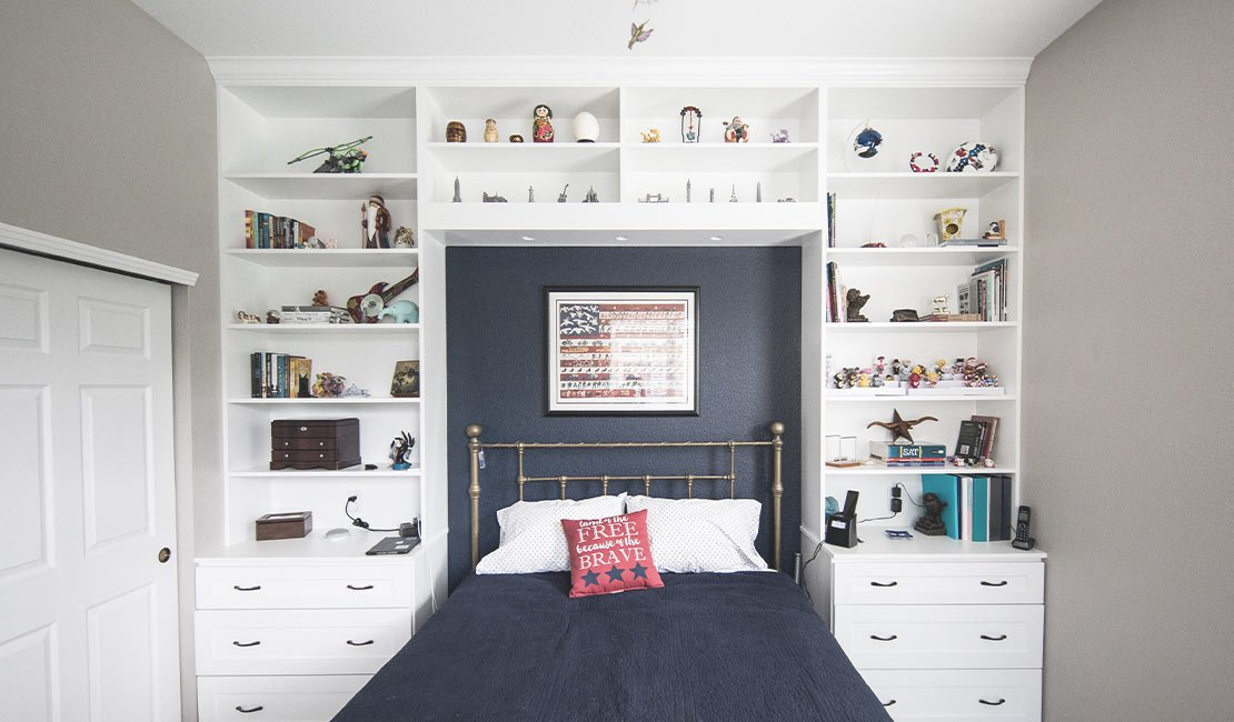Wall with built in bookcase as headboard for a bed